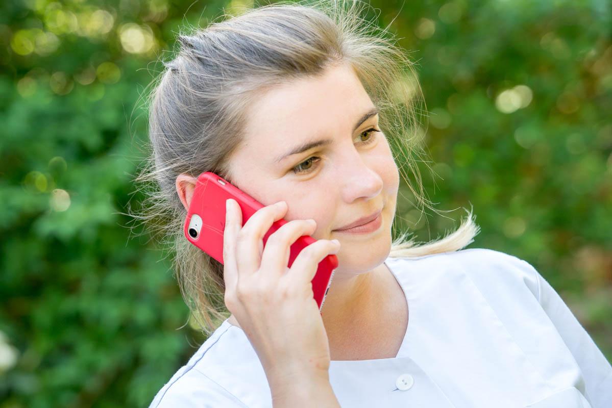 Telefonierende Person