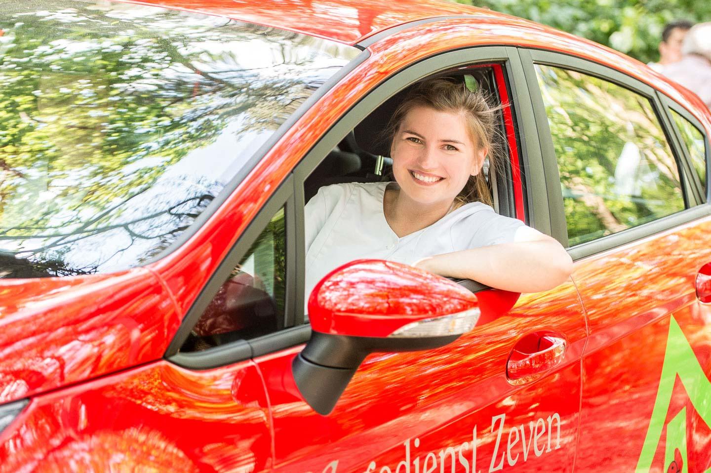 Pflegerin im roten Pflegedienst Zeven Auto